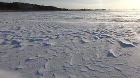 Härligt landskap med snöig lättnadsyttersida och stark vind arkivfilmer