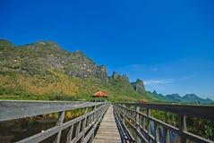 Härligt landskap med trähuset och berg, Bueng Bua på Sam Roi Yot National Park Royaltyfria Bilder