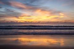 Härligt landskap med tropisk havssolnedgång på stranden Royaltyfri Foto
