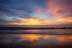 Härligt landskap med tropisk havssolnedgång på stranden Arkivfoto
