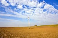 Härligt landskap med tunnland och den elektriska linjen Royaltyfri Foto