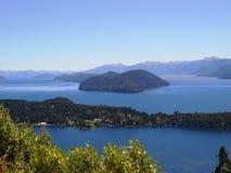 Härligt landskap mycket av naturen, berg, sjöar och träd i Neuquen, Argentina Arkivfoto