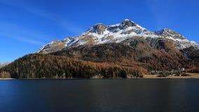 Härligt landskap nära St Moritz, schweiziska fjällängar arkivfoto