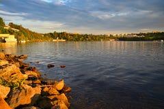 Härligt landskap nära vattenbehållare på solnedgången Stad av Brno - den Brno fördämningen Tjeckien Europa royaltyfri bild
