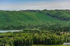 Härligt landskap och landskap av Norge, grönt landskap av kullar och berget Arkivfoto