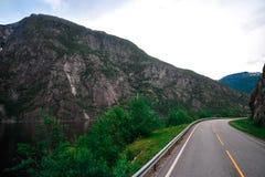 Härligt landskap och landskap av Norge, grönt landskap av kullar och berget Arkivfoton