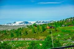 Härligt landskap och landskap av Norge, grönt landskap av kullar och berget Arkivbild