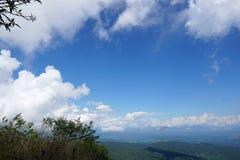 Härligt landskap på berget med himmel och moln, fred och avkoppling arkivfoton