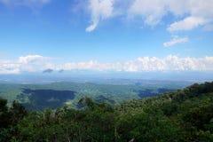 Härligt landskap på berget med himmel och moln, fred och avkoppling arkivfoto