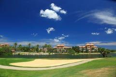 Härligt landskap på den Aruba ön bluen clouds skywhite trees för sand för golf för flagga för höstfärgfält Arkivbilder