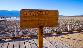 Härligt landskap på den Death Valley nationalparken Kalifornien - Badwater den salta sjön - DEATH VALLEY - KALIFORNIEN - OKTOBER  Arkivfoto