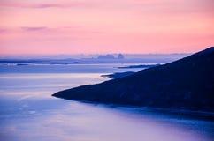 Härligt landskap på skymningen, sikt på havet och små öar i nordliga Norge, Skandinavien, Europa Royaltyfri Fotografi