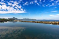 Härligt landskap, reflexion för blå himmel på havet Royaltyfri Fotografi
