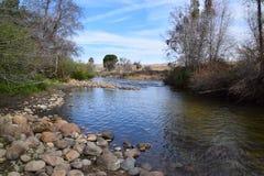 Härligt landskap som visar övergången av säsonger, från vinter till våren, Kern River, Bakersfield, CA arkivfoton