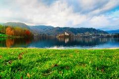 Härligt landskap till den blödde sjön och kyrkan i Slovenien arkivbild