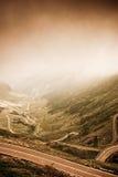 Härligt landskap Transfagarasan under dramatisk belysning Arkivfoto
