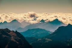 Härligt landskaplandskap av italien dolomites, rifugiolagazuoien, cortinadÂ'ampezzoen, passofalzarego royaltyfri bild