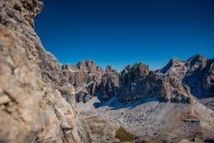 Härligt landskaplandskap av italien dolomites, rifugiolagazuoien, cortinadÂ'ampezzoen, passofalzarego Arkivfoto