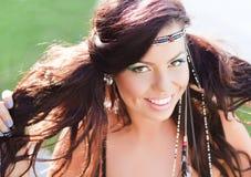 Härligt le för hippiekvinna som är naturligt Arkivbild