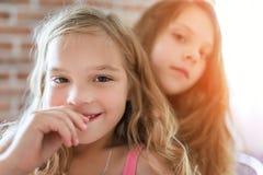 Härligt le för små systrar Arkivbild