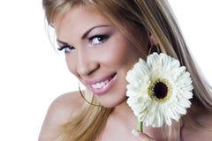 Härligt le och stilfull flicka med den vita blomman royaltyfria bilder