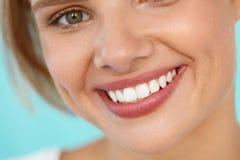härligt leende Le kvinnaframsidan med vita tänder, fulla kanter Royaltyfri Foto