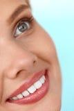 härligt leende Le kvinnaframsidan med vita tänder, fulla kanter Royaltyfria Foton