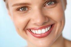 härligt leende Le kvinnan med den vita tandskönhetståenden Arkivbild