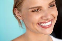 härligt leende Le kvinnan med den vita tandskönhetståenden Royaltyfria Foton