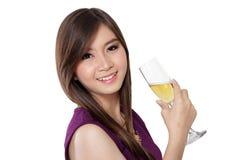 Härligt leende och champagne, på vit arkivfoto