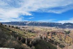 härligt liggandeberg De rumänska Carpathiansna Arkivfoto