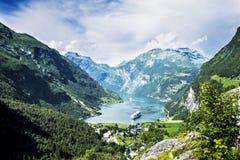 härligt liggandeberg geirangerfjord norway fotografering för bildbyråer