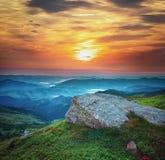 härligt liggandeberg Solnedgång i bergen Royaltyfri Bild