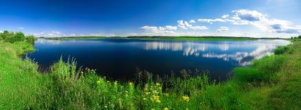 härligt liggandesommarvatten Arkivbilder