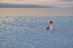 Härligt litet barn för landskapfamiljfoto med en leksak arkivfoto