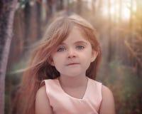 Härligt litet barn i natur arkivbilder