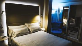 Härligt litet hotellrum royaltyfria bilder