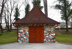 Härligt litet hus med färgrika tegelstenar och stenar arkivfoto