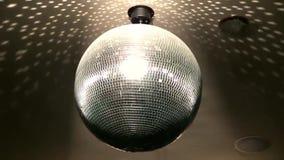 Härligt ljust färgrikt spegelförsett skraj rotera för belysning för lampa för garnering för tak för nattklubb för diskobollparti arkivfilmer