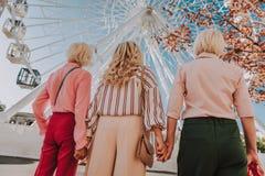 Härligt ljust foto av tre stilfulla farmödrar fotografering för bildbyråer