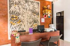 Härligt lobbyområde på det billiga hotellet royaltyfria foton
