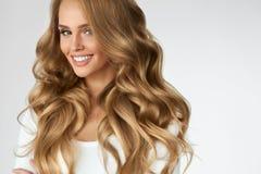 härligt lockigt hår Flicka med den krabba långa hårståenden volym royaltyfri fotografi