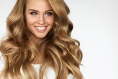 härligt lockigt hår Flicka med den krabba långa hårståenden volym royaltyfri bild
