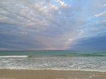 Härligt lugna fridsamt strand- och tystnadhav i aftonen royaltyfria bilder