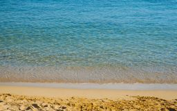 Härligt lugna hav på en tom avslappnande sandig strand royaltyfri fotografi