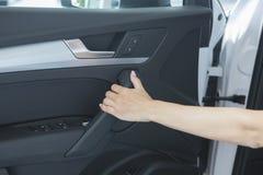 Härligt lyckat flickasammanträde i bilen arkivfoton