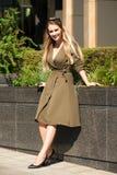 härligt lyckligt ståendekvinnabarn royaltyfri fotografi
