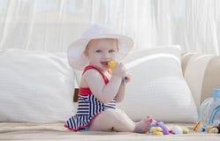 Härligt lyckligt uttrycksfullt blont flickalitet barn i en Cabana royaltyfria foton