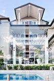 Härligt lyxigt hus med den attraktiva designvisningen som simmar p fotografering för bildbyråer
