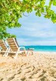 Härligt lyxigt paraply och stol på stranden Arkivfoto